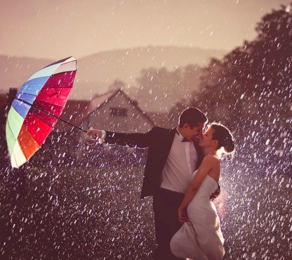 First-kiss-in-rain-after-getting-married-600x375