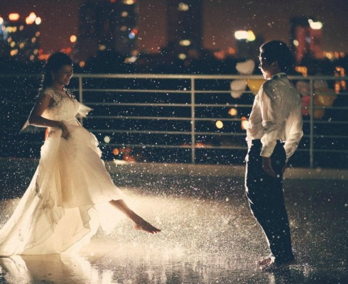 Married-couple-making-fun-in-a-rainy-night-600x400