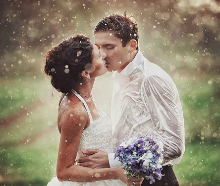 Passionate-kiss-of-married-couple-in-rain-600x375
